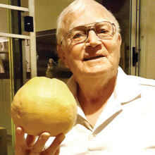 Svein Jenshus holds one of his prized grapefruits!